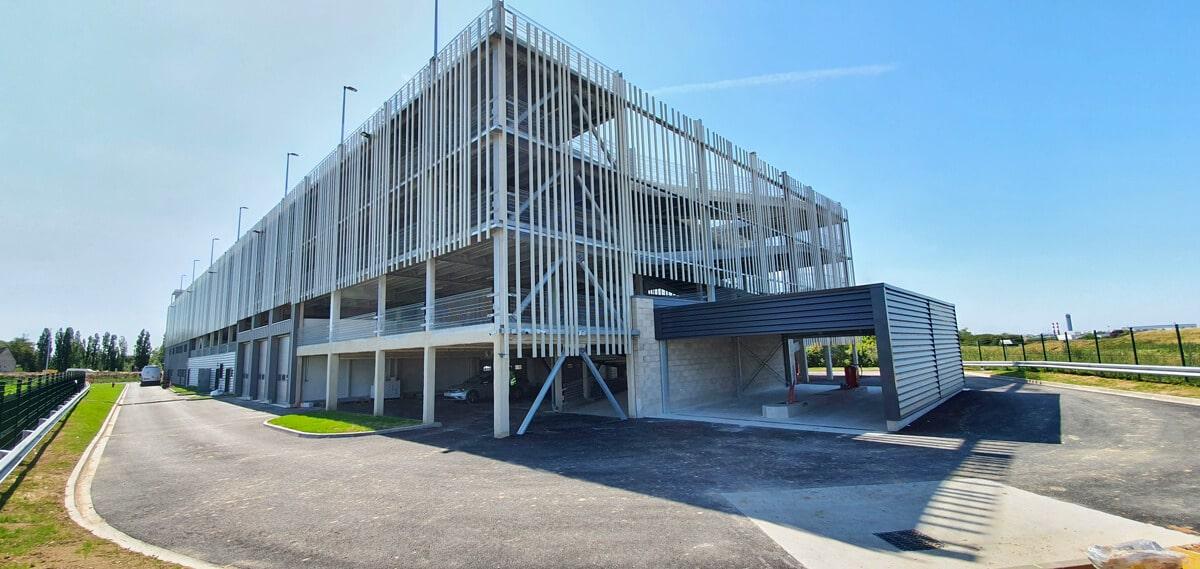 En façade l'acier peut être associé à d'autres matériaux comme le végétal, bois, le béton, ou tout autre matériau écologique