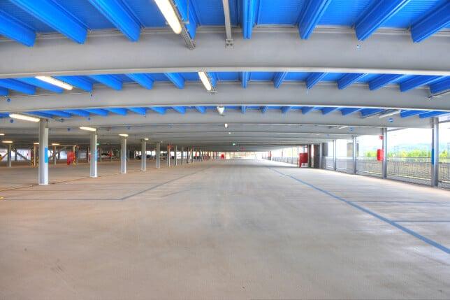 La structure sans poteaux intermédiaires permet un espace ouvert, lumineux et facilitant le stationnement