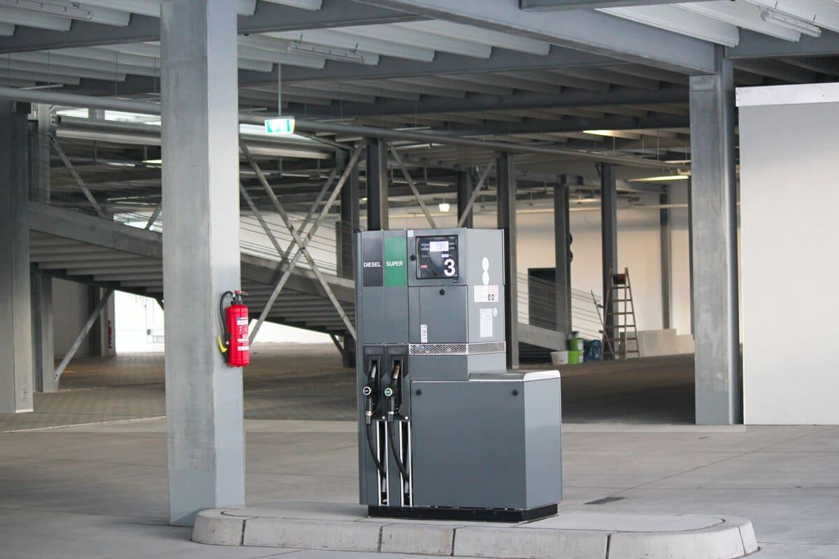 Parking équipé d'une station essence