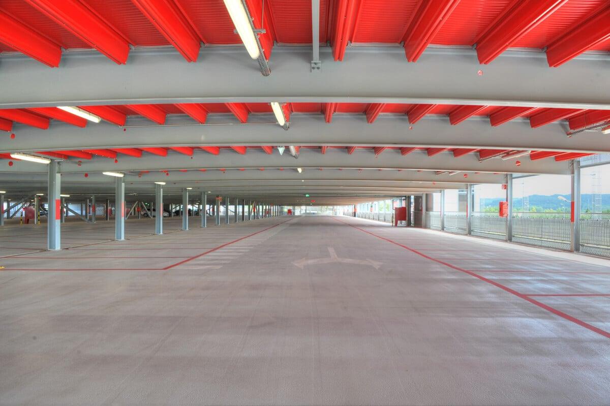 Des places de stationnement faciles d'accès, confortables, avec de l'espace pour entrer et sortir des véhicules