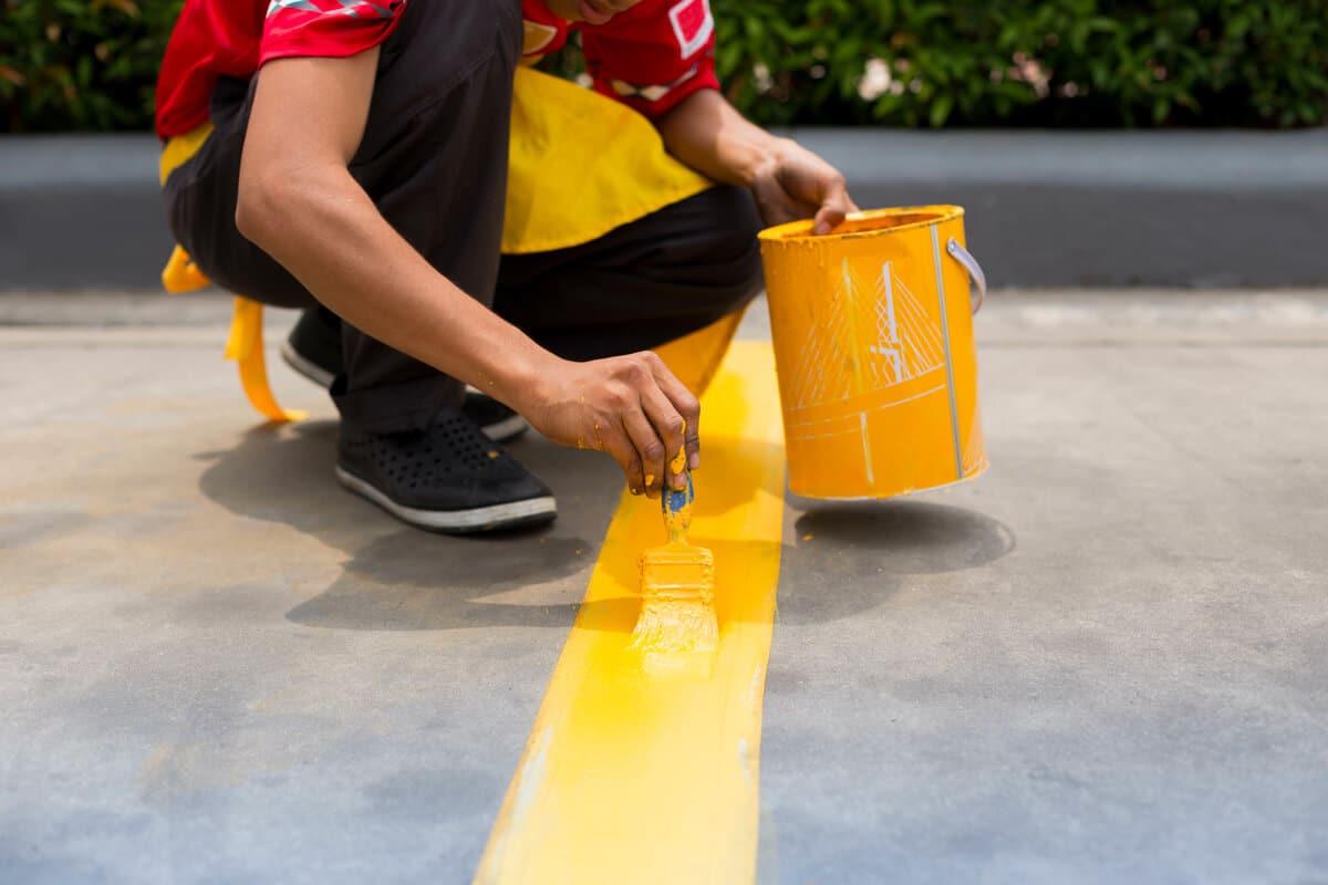 Il est nécessaire de rafraichir régulièrement le marquage au sol du parking pour conserver une signalisation claire et visible.