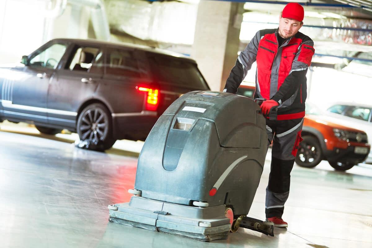 Le lavage et le séchage régulier des sols du parking élimine les mauvaises odeurs et le risque de glissage pour les piétons.