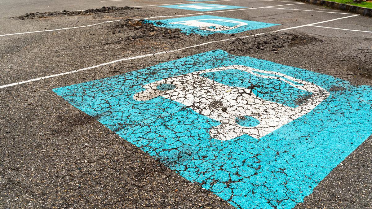 Pour les planchers de parking, si les microfissures ne sont pas détectées et colmatées à temps, le risque est que le revêtement se désagrège et forme des nids-de-poule.
