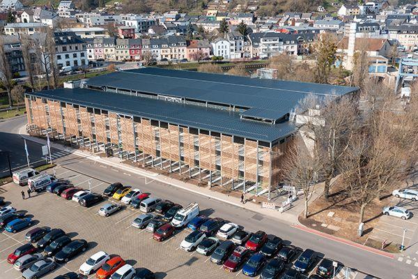 Ce parking silo de 2 étages dans le centre-ville d'Ettelbruck (Luxembourg)